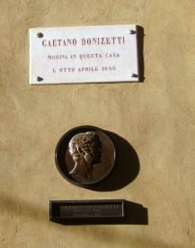 Targa e tondo con informazioni sulla morte di Donizetti a Palazzo Scotti