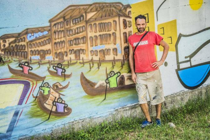 Wiz Art davanti ad un murale del Rondò delle Valli