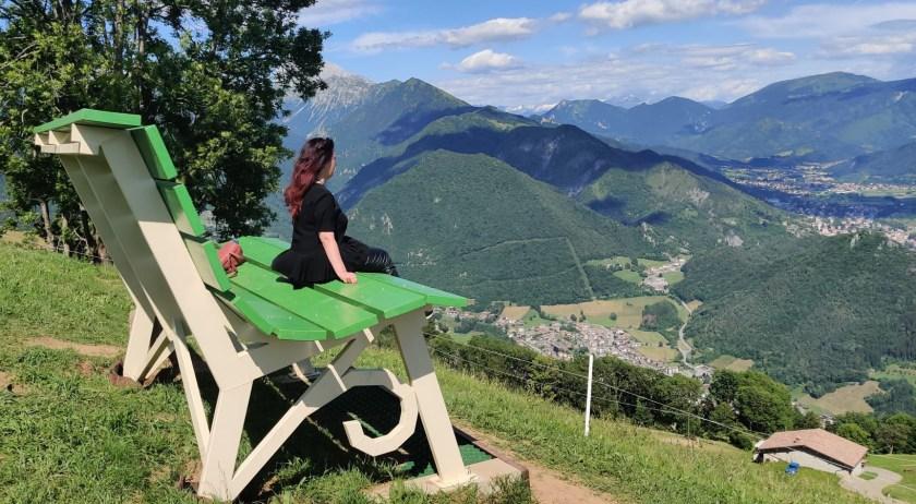 Raffi Garofalo seduta sulla Panchina Gigante di Parre