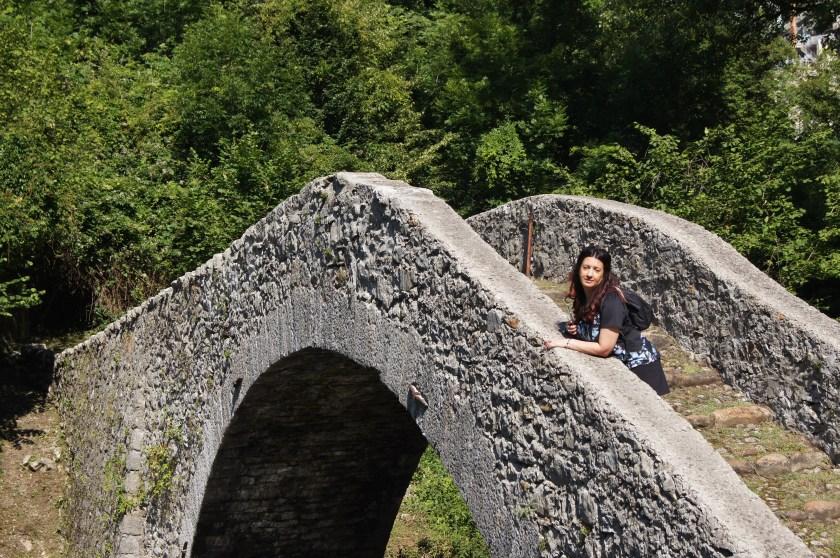 Raffaella sull'antico Ponte del Cappello in Val Brembana