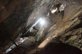 Raffi-Garofalo-che-continua-a-scendere-nelle-gallerie-della-Miniera-di-Schilpario-durante-la-visit