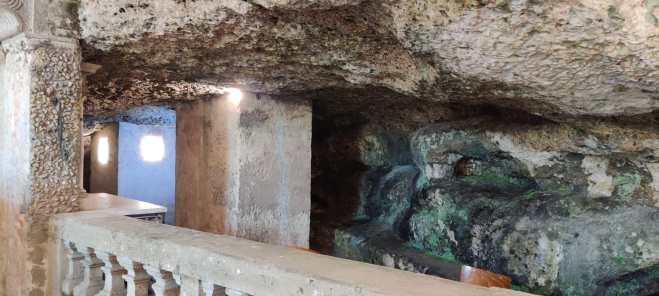 5 i pilastri nella grotta costruisti per sostenere il Santuario secentesco