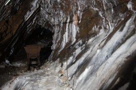 Stalagmiti di 50 anni in carbonato di calcio nelle miniere di Schilpario