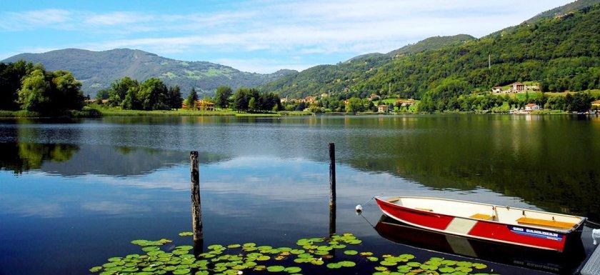 Lago di Endine vista sullo specchio d'acqua e barca rossa