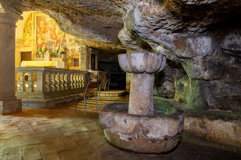 La Grotta e la Fonte Battesimale nella chiesa di San Vittore