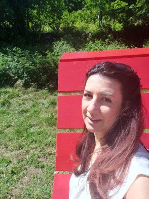 Raffi Garofalo seduta sulla Panchina gigante di Schilpario