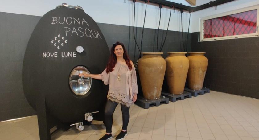 Raffi Garofalo davanti all'uovo in cemento e alle botti per la maturazione del vino