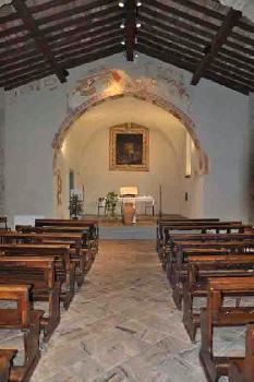 San Pietro in vincoli altare con affreschi sul costone