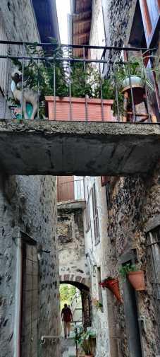 Abitante di Sparavera che cammina nel vicoletto del borgo