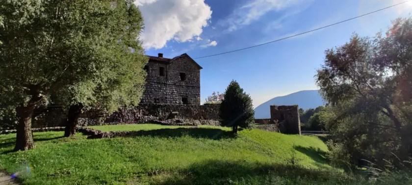Il Castello di Bianzano e la torre della cinta muraria esterna
