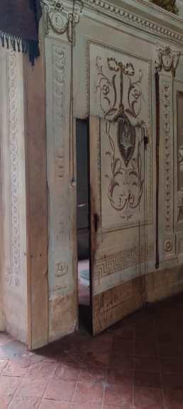 La porta nascosta che dà sulle scale che portano al piano superiore