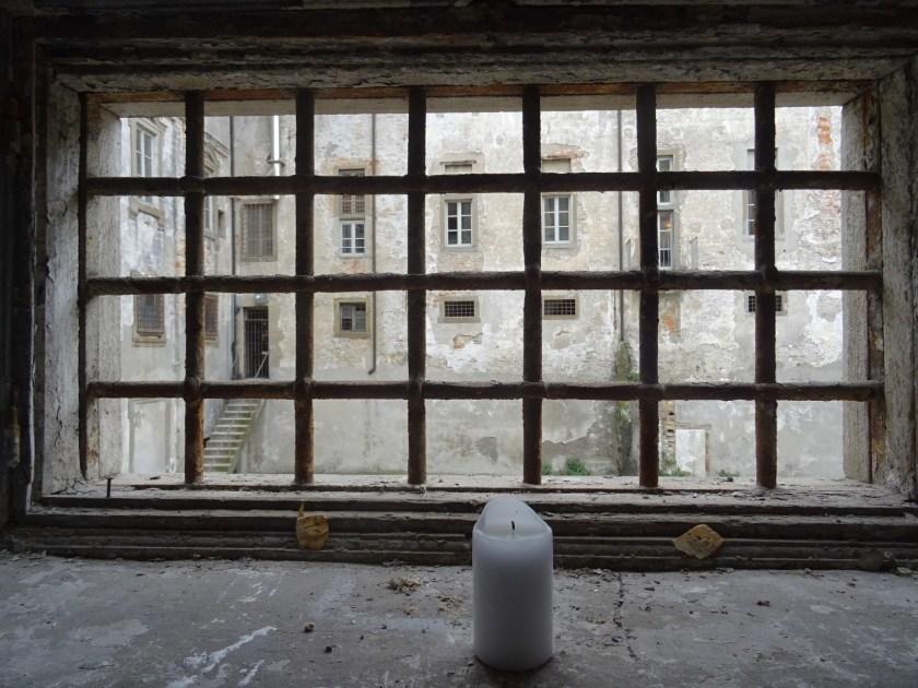 una candela davanti alla finestra del carcere