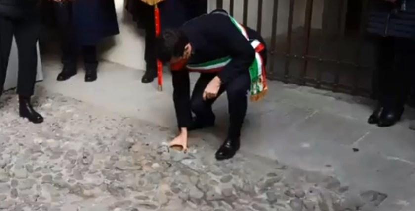 Giorgio Gori posa la prima pietra d'inciampo a Bergamo
