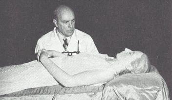 Evita Peron mummificata con il dottor Pedro Ara