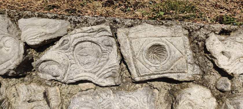 Remo Ponti scolpisce una pietra dedicandola ai bersaglieri