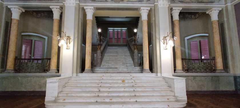 la scalinata che porta ai piani superiori del Grand Hotel di San Pellegrino