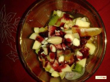 macedonia mista alle mandorle con sciroppo ai frutti di bosco