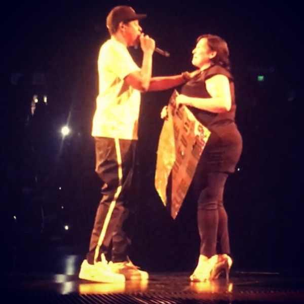 Jay-Z își întrerupe un concert pentru a chema pe scenă pe o femeie care a învins cancerul