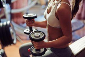 Mituri despre antrenamentele cu greutăți pe care fetele ar trebui să le uite