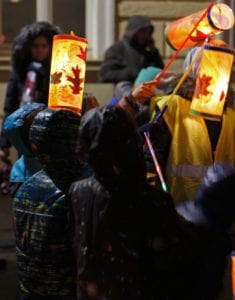 Детям явно нравится участвовать в Мартинском шествии поздно вечером.