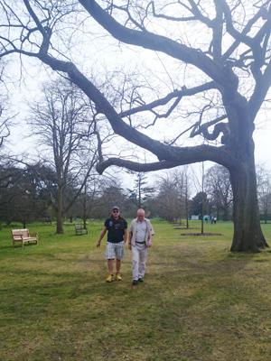 L och pappa i Kew Gardens.