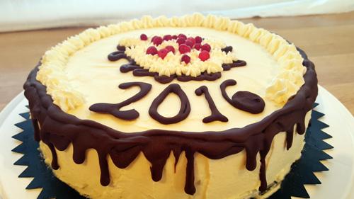 Nyårstårta #1 med hallonmousse och vit chokladmousse på kladdkakebotten.