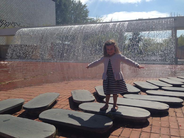 Alegra conquering the fountain in the Jardim da Agua