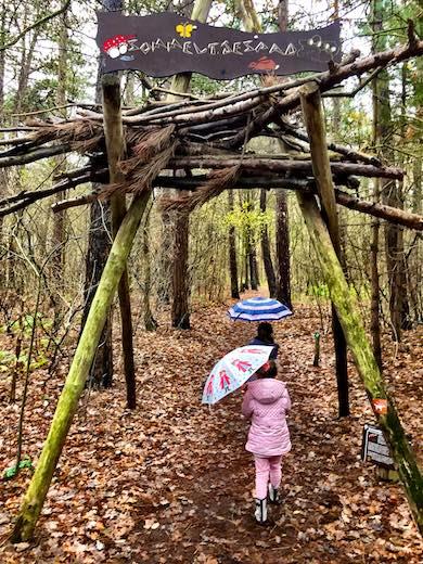 Twee kleine meiden met een paraplu bij de start van het Sommeltjespad tijdens een tripje naar Texel met het gezin