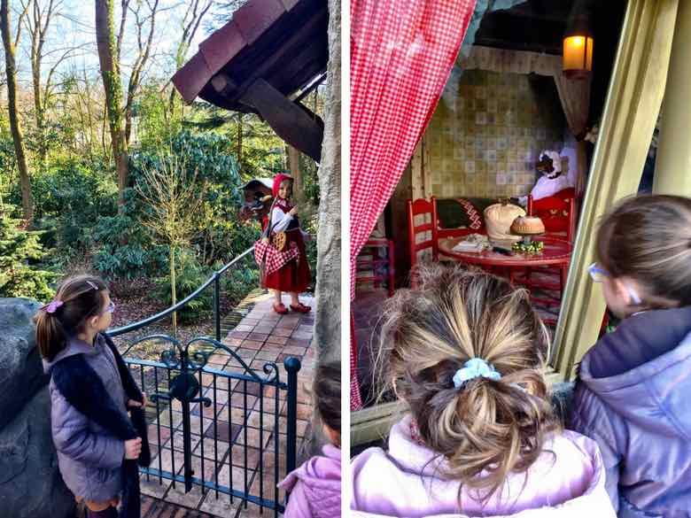 Twee kleine meiden kijken naar Roodkapje en de wolf in het Efteling Sprookjesbos