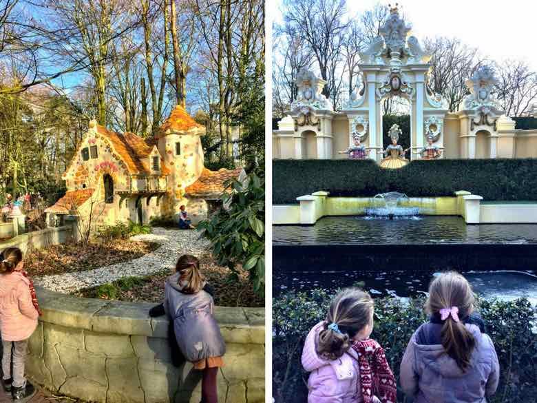 Twee kleine meiden kijken naar het peperkoeken huis en de kleren van de keizer in het Efteling Sprookjesbos