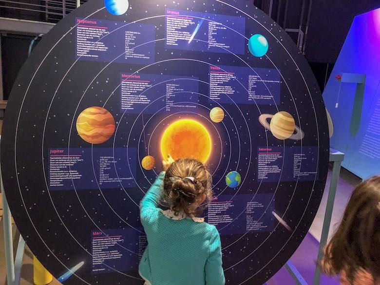 Meisje ontdekt expo de Oerknal in de Cosmodrome te Genk