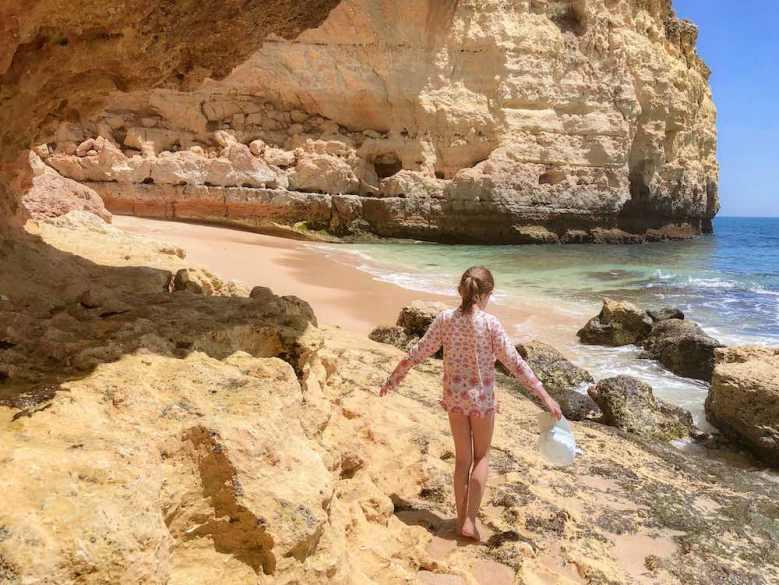 Meisje op het strand in Portugal