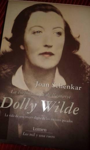 """Portada del libro. Dolly """"disfrazada"""" de su tío Oscar Wilde. El parecido es notable."""