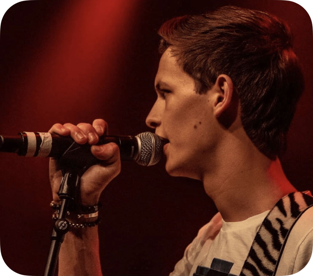 Portrait picture: Moos singing on the stage.