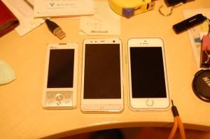 左からSA001とISW11FとiPhone5sが並んだ画像