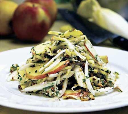 Salata de andive, mere, nuci si roquefort
