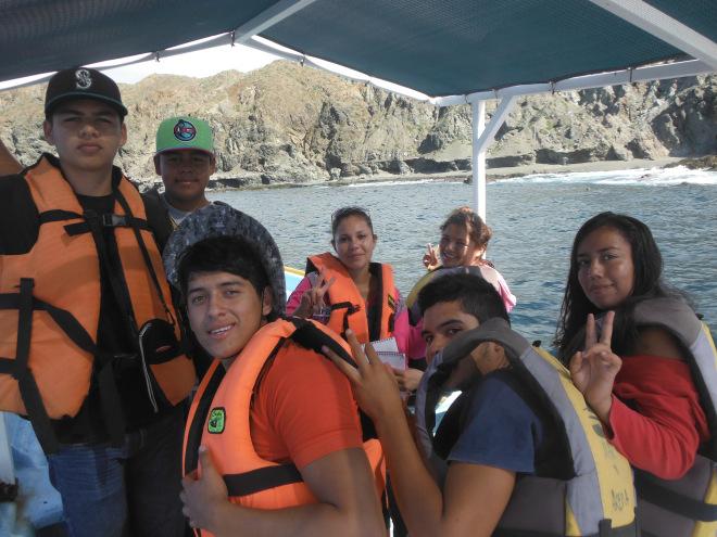Jóvenes de preparatoria de Bahía Magdalena que completaron su adiestramiento en monitoreo de mamíferos marinos.