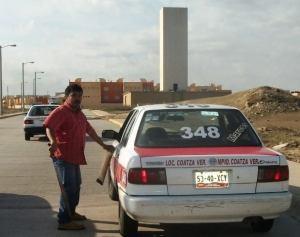 Al sentirse fotografiado, el conductor del taxi marcado con el número 348, con placas 5340-XCY, huyó cobardemente.