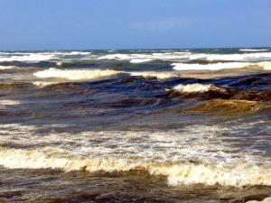"""Semarnat aduce que la """"marea roja"""" en realidad puede ser arcilla proveniente del Río Coatzacoalcos, que por la bocana desahogó los arrastres de lodazales de montañas."""
