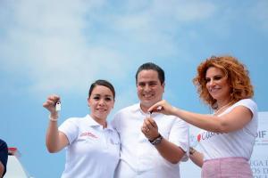 La presidenta del DIF estatal, Karime Macías, entrega las llaves de las unidades a las autoridades municipales.