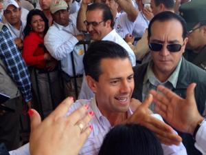 Durante su arribo a Minatitlán, hubo un fuerte dispositivo de seguridad. Sin embargo, no perdió la oportunidad de saludar algunos petroleros.