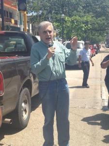 El monero El Fisgón, caricaturista de la Jornada, Rafael Barajas, en Coatzacoalcos durante la protesta
