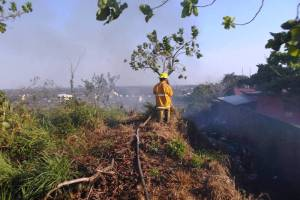 Protección Civil y Bomberos de Cosoleacaque implementa operativo para sofocar los incendios cercanos a los asentamientos humanos.