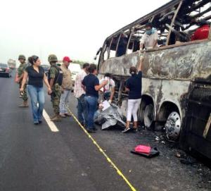 Los sobrevivientes relatan haber escapado por una ventila en el techo del camión, pero ninguno de los otros 36 pasajeros pudo salir. Nadie intentó escapar rompiendo las ventanillas.