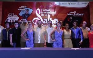 El titular de la Secretaría de Turismo, Harry Grappa; con el alcalde Joaquín Caballero, durante la presentación del magno evento.