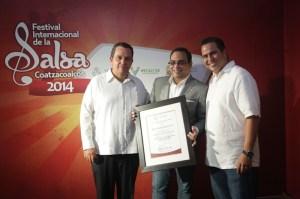 El titular de la Sectur, Harry Grappa; y el alcalde de Coatzacoalcos, Joaquín Caballero, entregaron reconocimientos a los exponentes salseros internacionales.