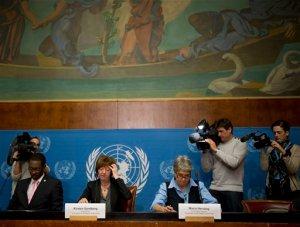 Kirsten Sandberg (centro) presidenta del comité de la ONU sobre los derechos de los niños, Maria Herczog (derecha) y Benyam Mezmur (izquierda) durante la presentación del informe sobre la forma en que el Vaticano ha puesto en práctica las disposiciones de la Convención sobre los Derechos de los Niños el miércoles 5 de febero de 2014. (Foto de AP/Anja Niedringhaus)
