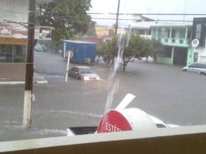 Las avenidas en la zona centro anegadas por las lluvias. Carros se quedaron atrapados.