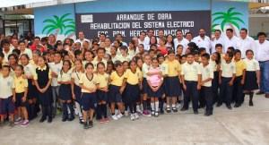Los alumnos contentos con la ayuda de esta administración municipal.