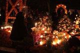 EUM20191102SOC01.JPG PÁTZCUARO, Mich. Tradition/Tradición-Día de Muertos.- Aspectos de la tradición de visitar el panteón para recibir a los difuntos de acuerdo a la costumbre purépecha en la ribera del lago de Pátzcuaro, el 1 de noviembre de 2019. Foto: Agencia EL UNIVERSAL/EELG